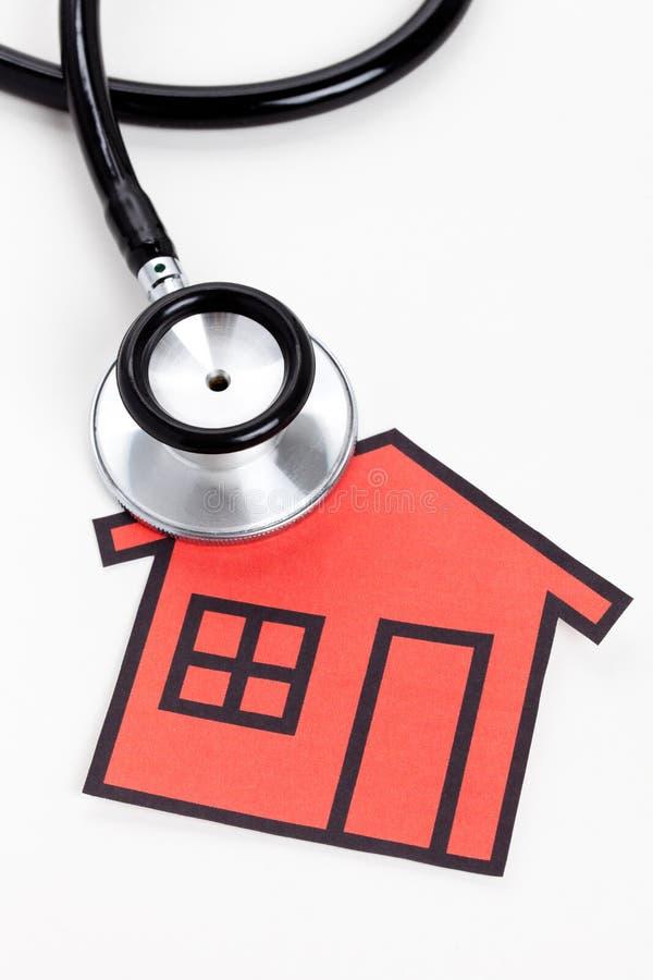 Stethoskop und Haus lizenzfreie stockbilder