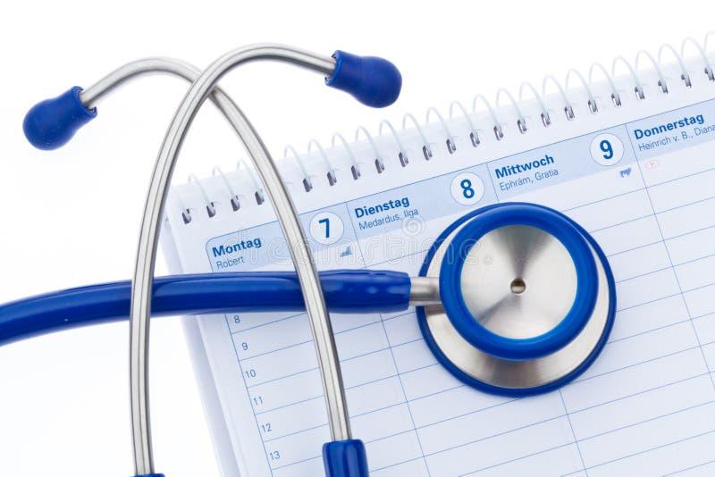 Stethoskop und Kalender lizenzfreies stockbild