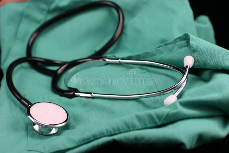 Stethoskop- und Krankenschwesterkittel. lizenzfreie stockfotos