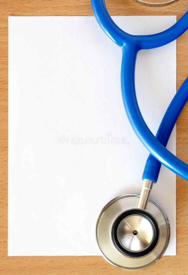Stethoskop und Papier lizenzfreie stockfotos