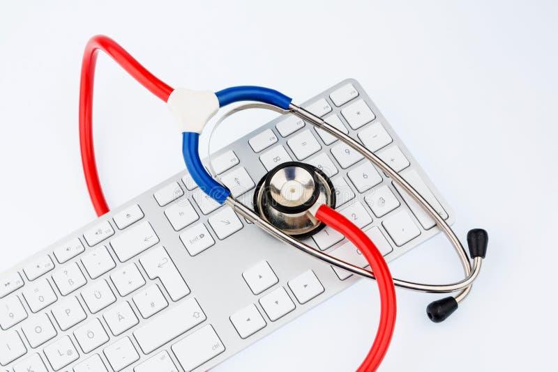Stethoskop und Tastatur eines Computers stockfoto
