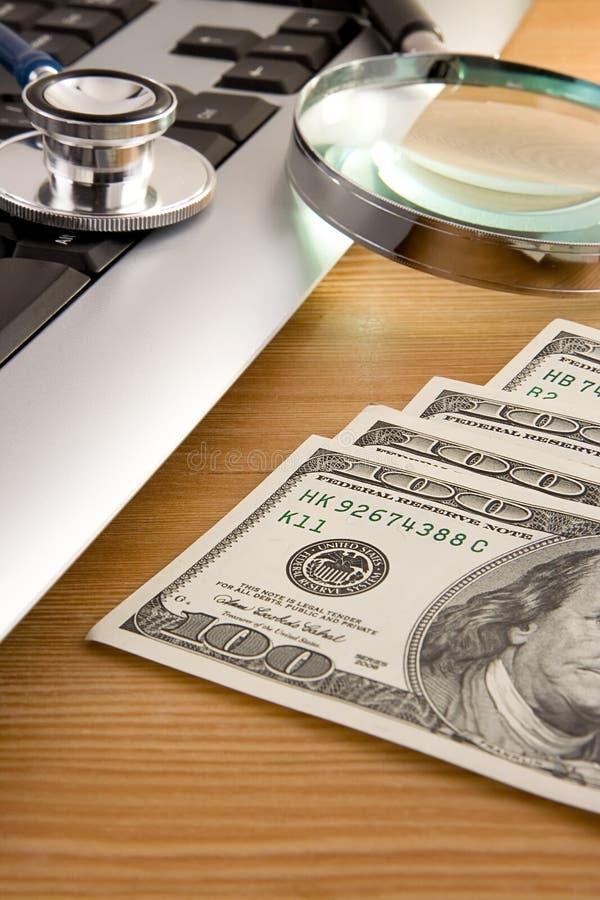 Stetoscopio alla tastiera ed ai dollari fotografia stock libera da diritti
