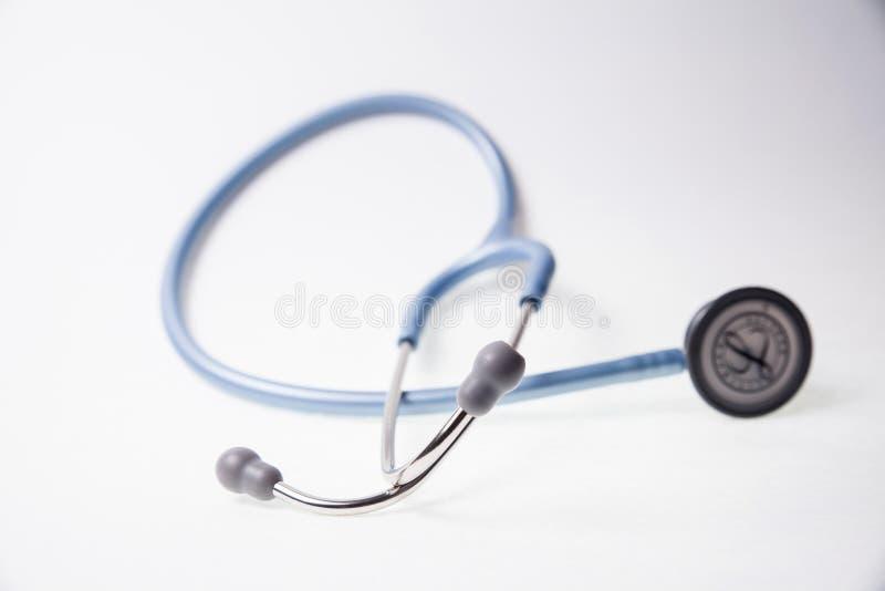Stetoscopio blu su un fondo bianco immagini stock