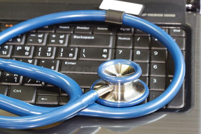 Stetoscopio che riposa su un calcolatore immagine stock