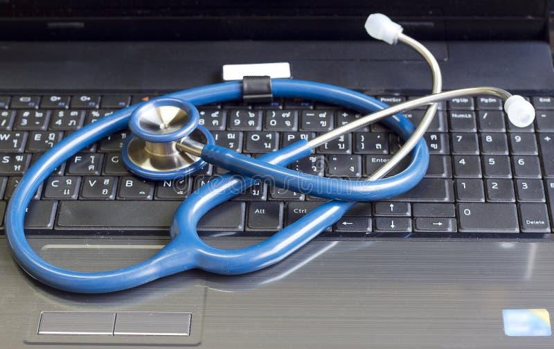Stetoscopio che riposa su una tastiera di calcolatore immagini stock libere da diritti