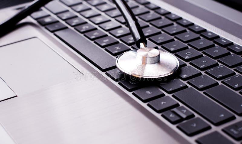 Stetoscopio che riposa su una tastiera di computer - fotografie stock