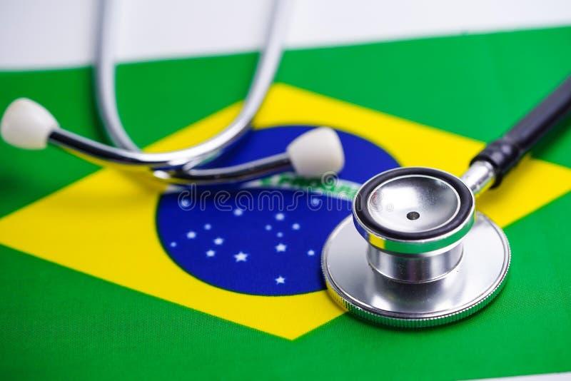 Stetoscopio con il fondo della bandiera del Brasile immagini stock