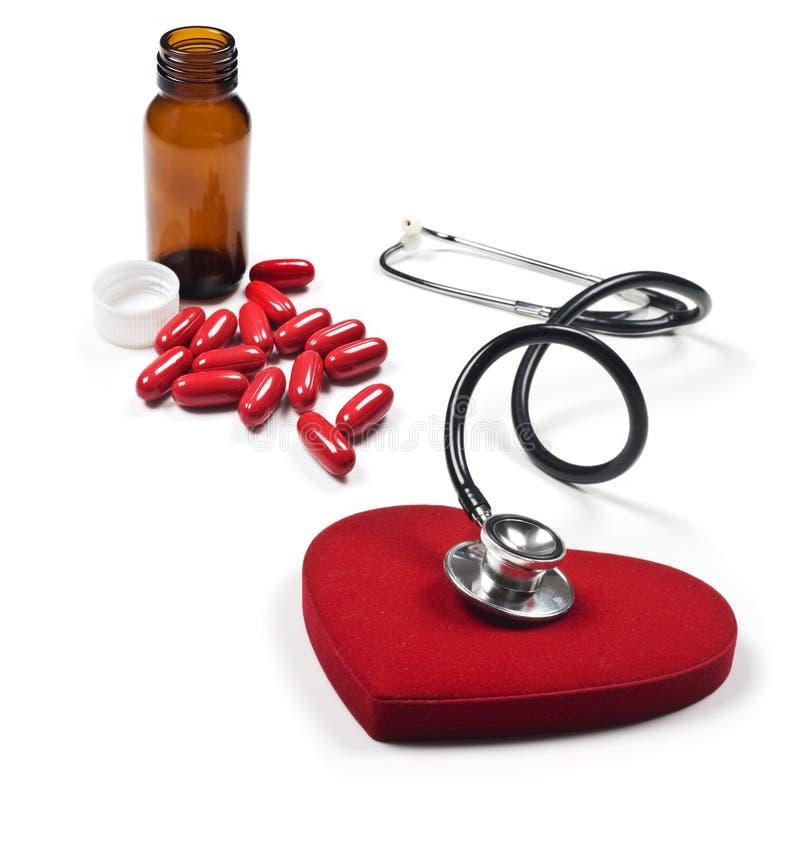 Stetoscopio, cuore e pillole fotografia stock libera da diritti