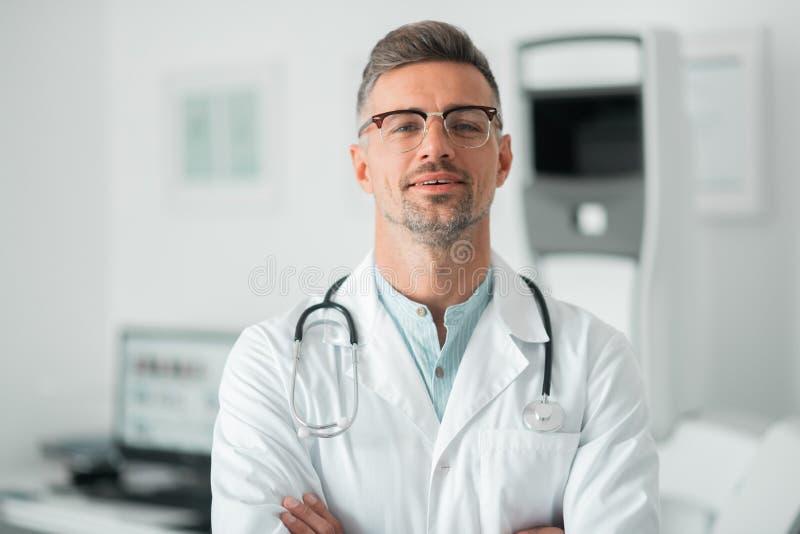 Stetoscopio d'uso del chirurgo plastico professionista sul collo fotografie stock libere da diritti