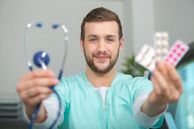 Stetoscopio e compresse della tenuta del personale medico fotografia stock