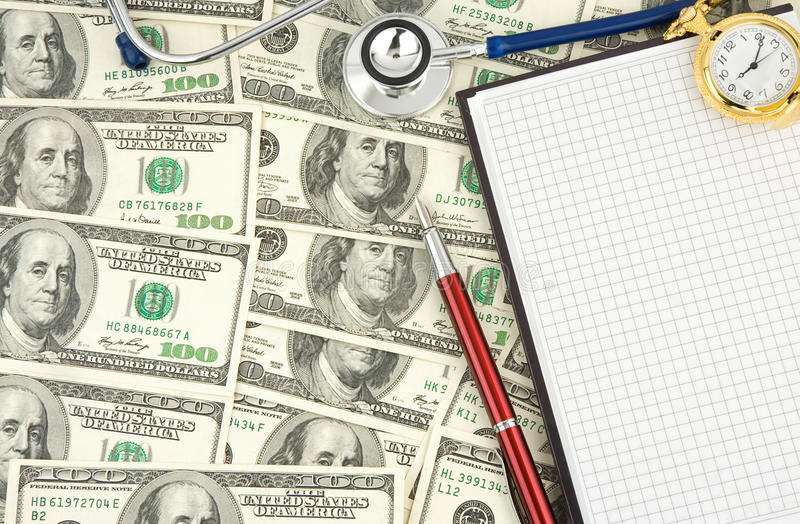 Stetoscopio e dollari fotografia stock