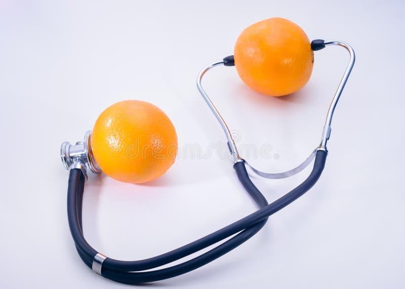 Stetoscopio e frutta isolati fotografia stock libera da diritti