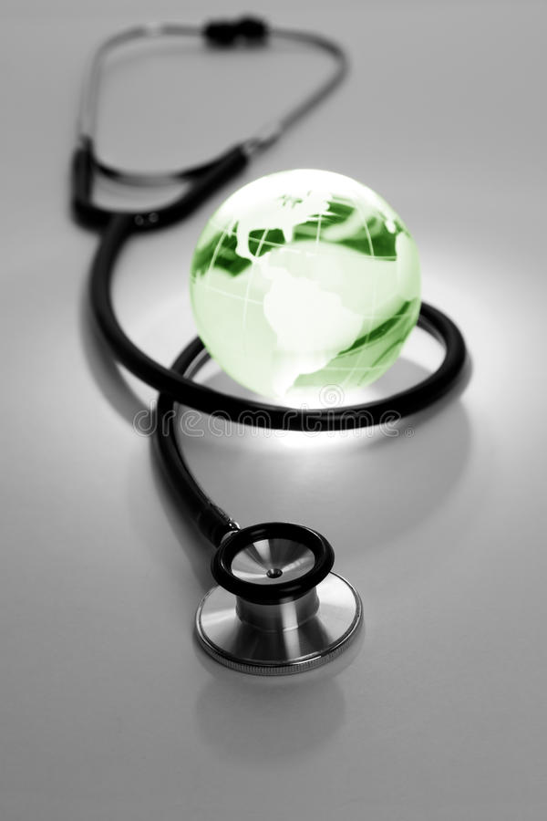Stetoscopio e globo fotografia stock