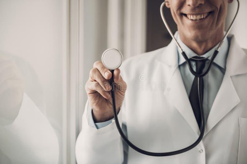 Stetoscopio felice della tenuta di medico Concetto di sanità immagine stock libera da diritti
