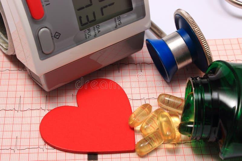 Stetoscopio, forma del cuore, monitor di pressione sanguigna sull'elettrocardiogramma immagini stock