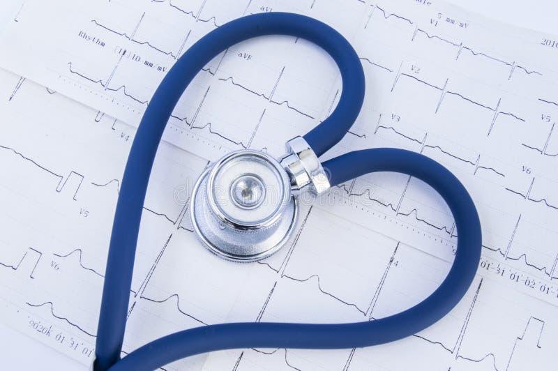 Stetoscopio formato cuore contro fondo del ekg dell'elettrocardiogramma Testa o chestpiece e tubo flessibile dello stetoscopio bl fotografia stock