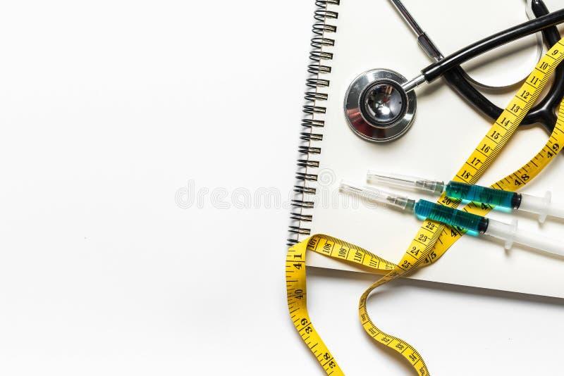 Stetoscopio medico di vista superiore su bianco fotografia stock