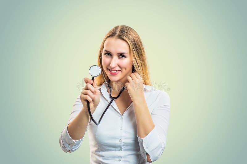 Stetoscopio sorridente della tenuta della donna immagine stock libera da diritti