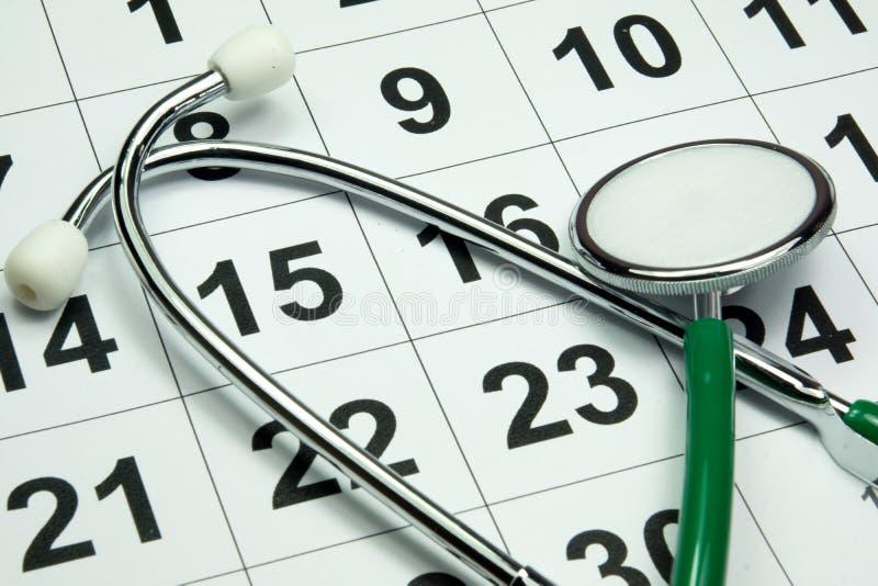 Stetoscopio su un calendario fotografia stock