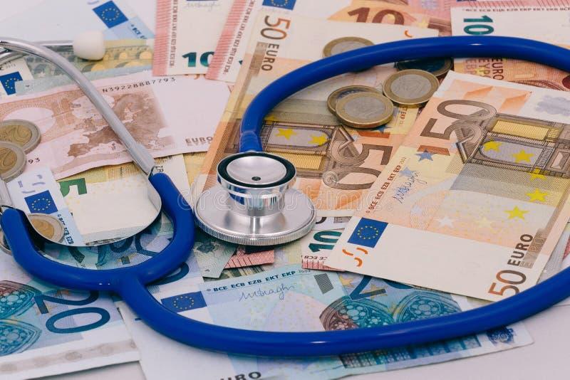 Stetoscopio su una pila di euro banconote fotografia stock