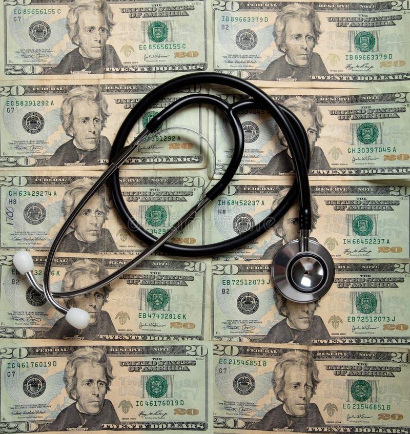 Stetoscopio su una priorità bassa di $20 fatture fotografia stock
