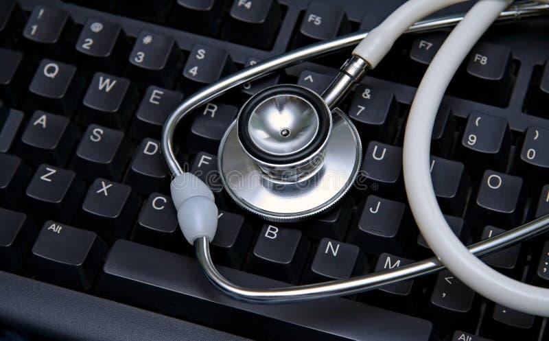 Stetoscopio su una tastiera di calcolatore fotografia stock