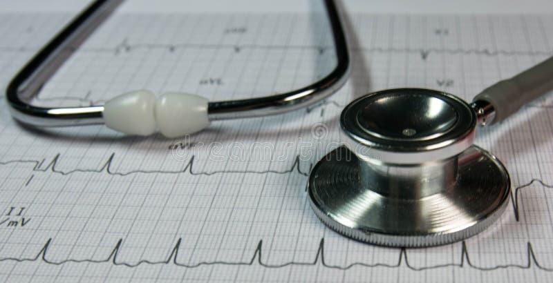 stetoscopio sul cardiografo fotografia stock