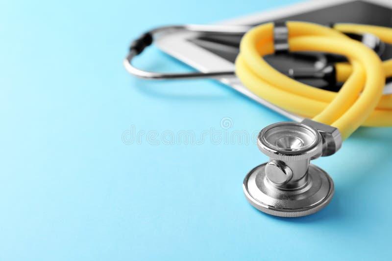 Stetoscopio sul fondo di colore, primo piano immagini stock