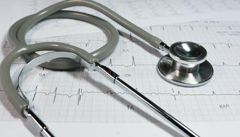 Stetoscopio sull'elettrocardiogramma fotografia stock