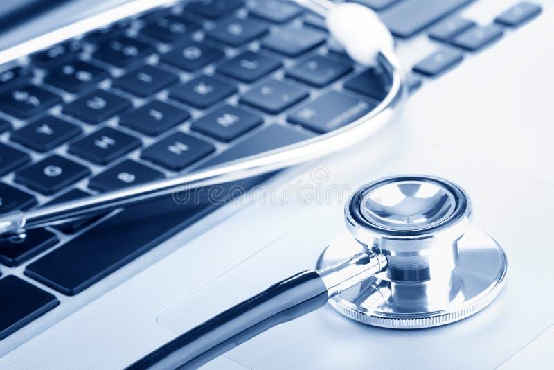 Stetoscopio sulla tastiera di calcolatore fotografia stock libera da diritti
