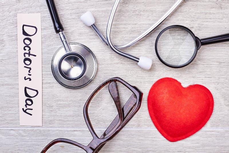 Stetoscopio, vetri e lente d'ingrandimento immagini stock