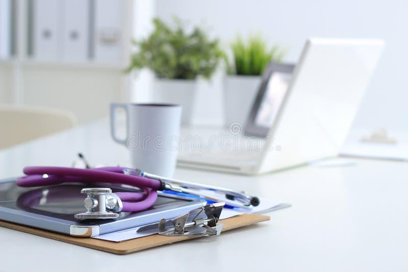 Stetoskop bärbar dator, mapp på skrivbordet i sjukhus arkivbilder