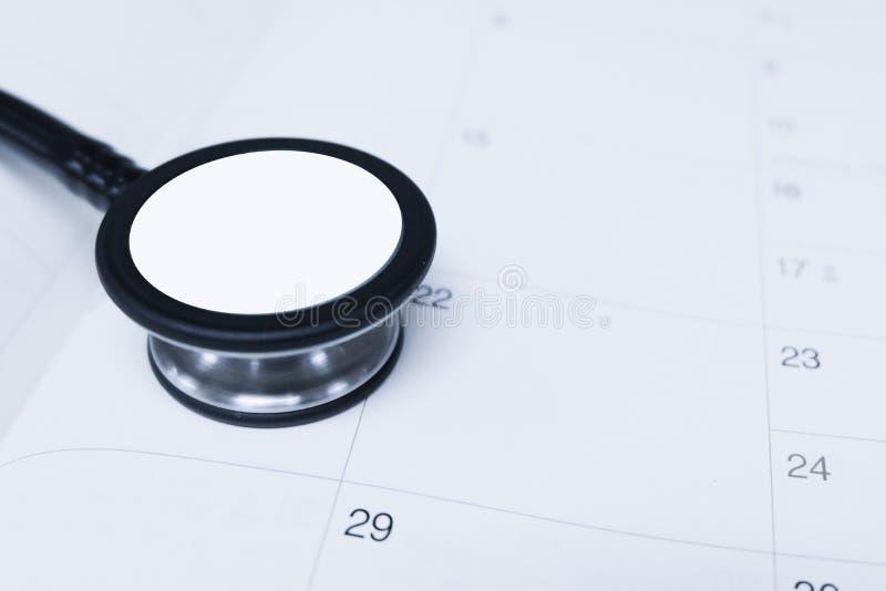 Stetoskop en kalender royaltyfri fotografi