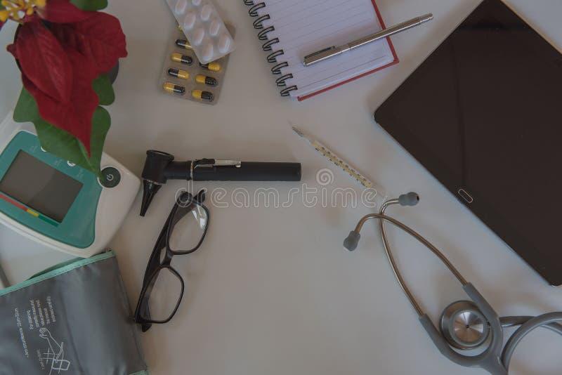 Stetoskop för bästa sikt och medicinsk utrustning Doktorsarbetsplats i regeringsställning royaltyfria foton