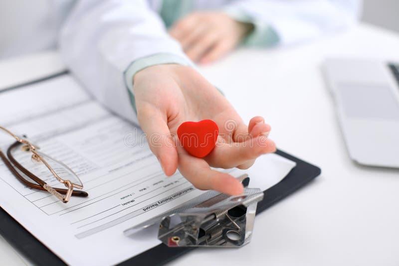 stetoskop för holding för doktorskvinnlighjärta Den Cardio therapeutisten, läkare gör den hjärt- läkarundersökningen, measu för h royaltyfri foto