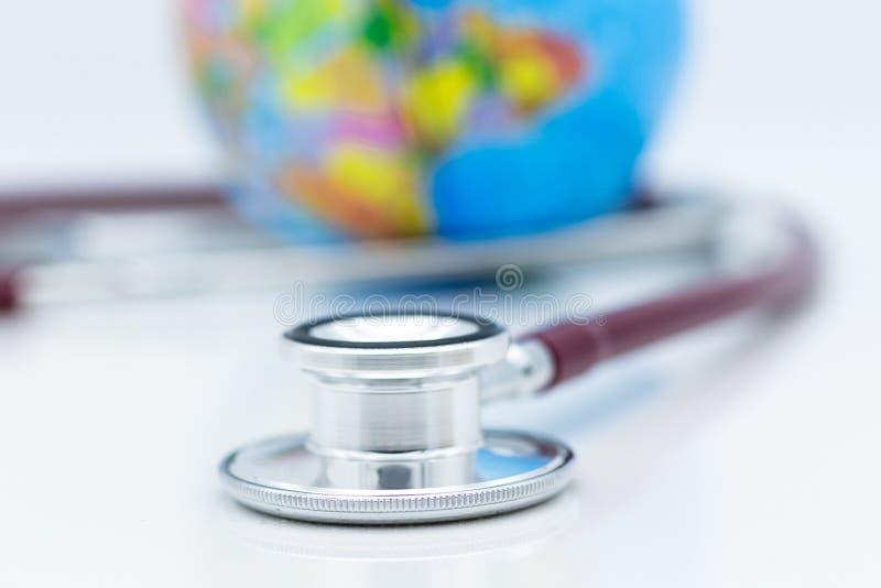 Stetoskop i światowa mapa Wizerunku use dla zdrowie opieki medycznej ludzie pojęć fotografia stock