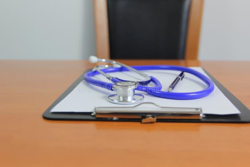 Stetoskop i pióro na papierze w schowku, opiece medycznej i zdrowym styl życia pojęciu, fotografia royalty free