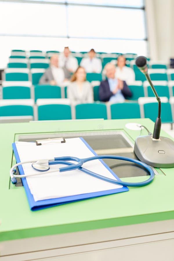 Stetoskop i schowek w medycyna wykładzie fotografia stock
