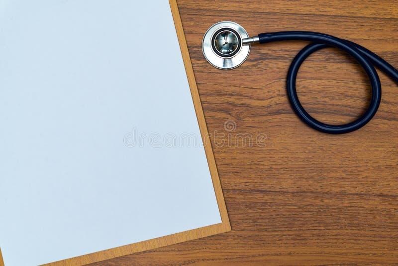 Stetoskop i schowek z pustym białym papierem ciąć na arkusze na drewnie t zdjęcia royalty free