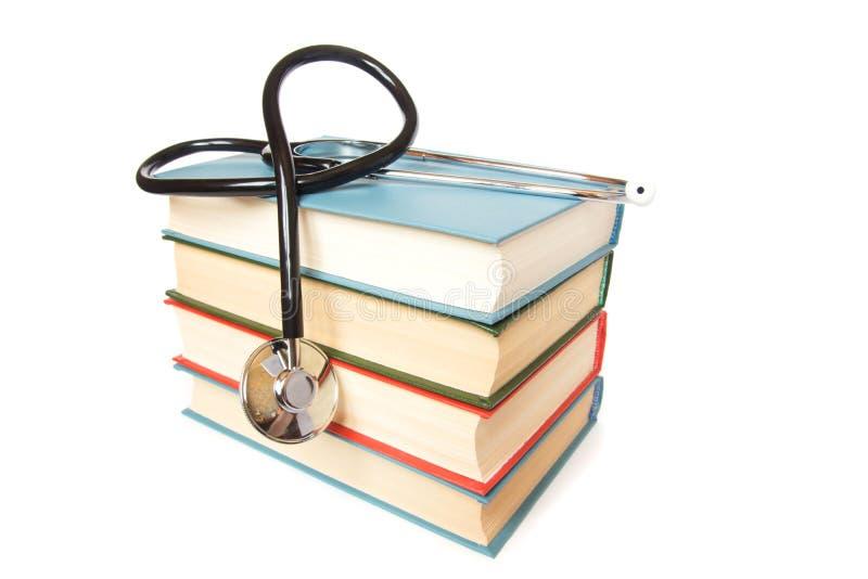 Stetoskop i sterta książki obraz stock
