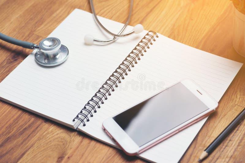 Stetoskop med den öppna tomma boken royaltyfria foton