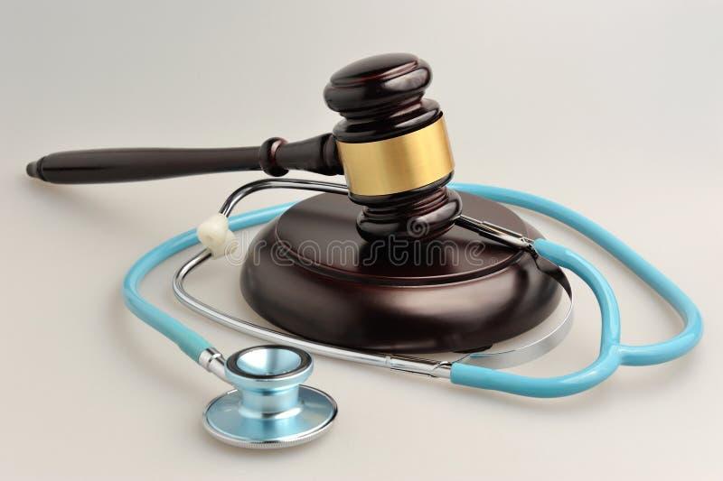 Stetoskop med domareauktionsklubban på grå färger fotografering för bildbyråer