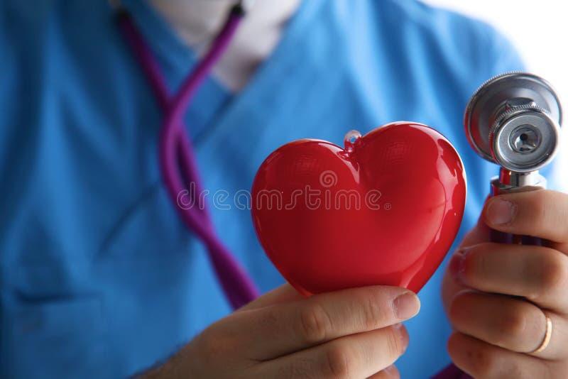 Stetoskop med hjärta i doktorshänder, närbild arkivfoto