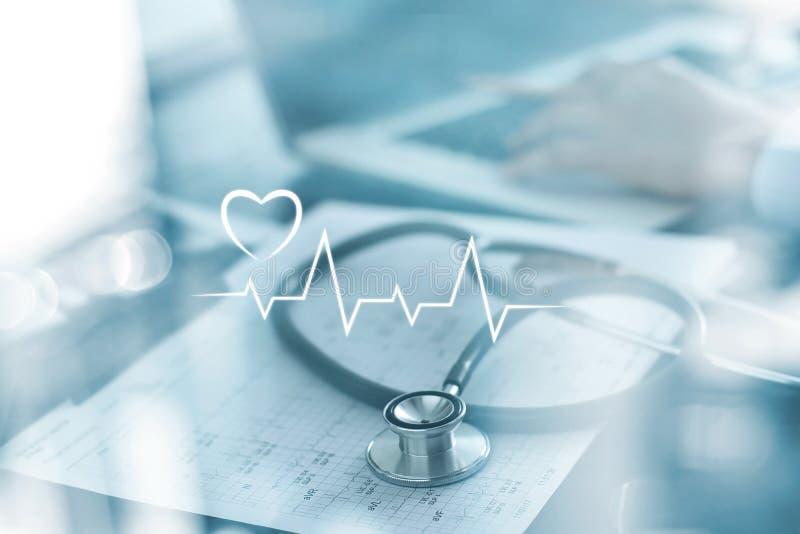Stetoskop med rapporten och doktorn för hjärtatakt som analyserar undersökning på bärbara datorn i vård- medicinskt laboratorium royaltyfri fotografi