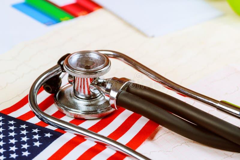 Stetoskop na Amerykańskiej flaga państowowa zdjęcia stock
