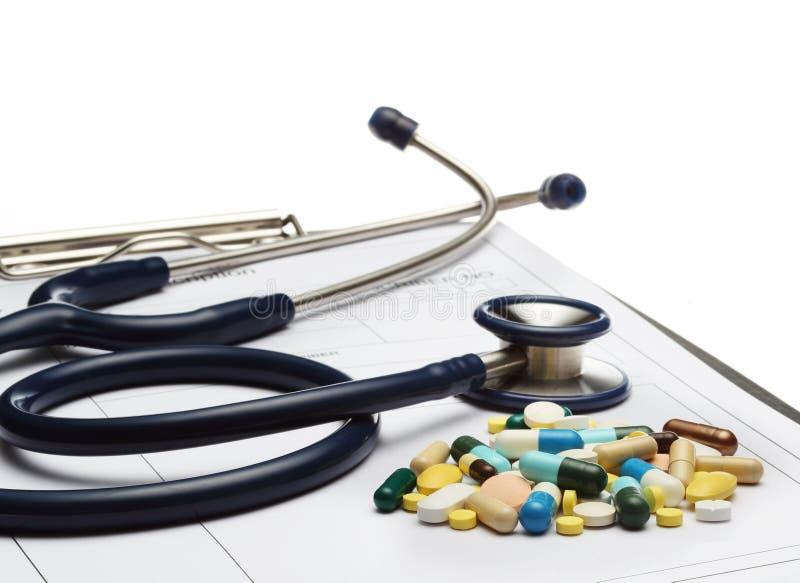 Stetoskop na recepcie i pigułki na białym tle zdjęcia stock