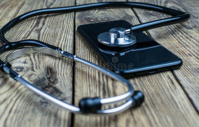 Stetoskop na smartphone Smartphone remontowy i usługowy pojęcie Pojęcie zdrowie przyrząd zdjęcia stock