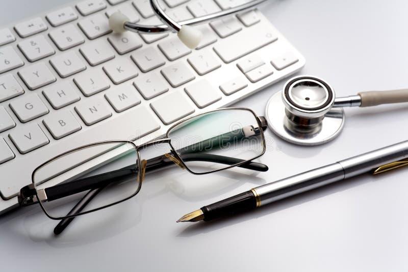 Stetoskop na stole z klawiaturą i szkłami fotografia royalty free