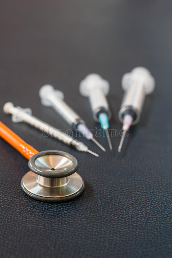 Stetoskop och injektionsspruta royaltyfria bilder