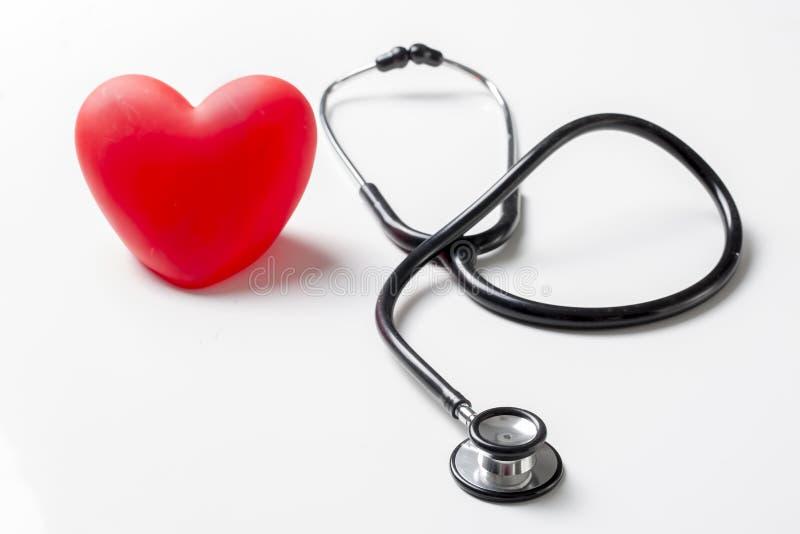 Stetoskop och röd hjärta Hjärtakontroll royaltyfria bilder